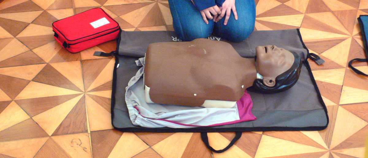 Pràctica de Primers Auxilis amb un maniquí a BaseTIS