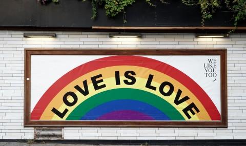 Bandera LGBTI pintada a una paret