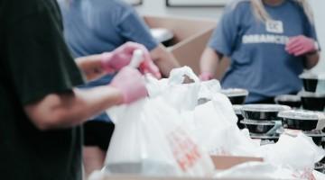 Personas recogiendo y donando alimentos