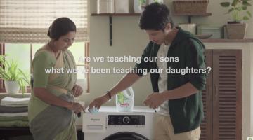 Madre e hijo poniendo una lavadora